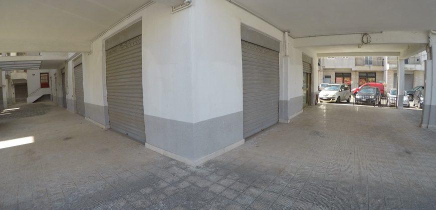 Locale Commerciale con Piazzale